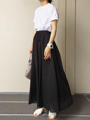 定番の黒のギャザースカートを定番の白Tシャツに合わせて。モノトーンの究極シンプルなコーデなのに、どことなくモード感も漂います。