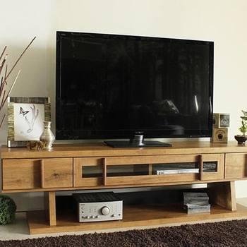 最近のテレビは薄型なので、昔と比べるとテレビ台の上は結構余裕がありますよね。そんなスペースを有効活用しておしゃれな空間をつくってみましょう◎