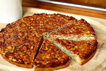 アーモンドを使ったお菓子といえば「フロランタン」。丸型で作ればまるでケーキのようですね。ザクザクとした触感と、アーモンドの香ばしさ、ヌガーの甘さの三位一体がたまらない一品です。