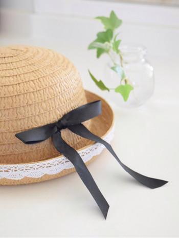 《洗えない帽子のお手入れの手順》 1.洋服ブラシで埃を払う。 2.帽子の内側のスベリ部分をお湯で濡らして固く絞ったタオルで拭く。 3.乾いたタオルで水分を押さえ取り、風通しの良い所で乾かす。 4.臭いが気になる時は内側から消臭スプレー付けて乾かす。 ※直射日光に当てないようにしましょう。