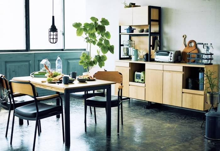 ダイニング&キッチンは、食を楽しむ場所。お料理をする人も、それを食べる人も、居心地の良い空間でお料理を楽しみたいですね!広めのダイニング空間なら、思い切って、少し大きめの観葉植物などを置いても存在感があって素敵です。 大きめグリーンなら、森林浴を楽しんでいる雰囲気が楽しめそう♪
