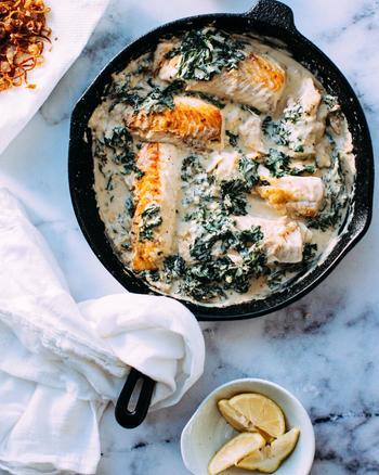フランス料理の大きな特徴は、「ソース」。味付けのために、調味料を加えるスタイルの料理が多いですが、フランス料理は、フォンドボーで知られるように、ソースの味わいありきの料理が多いのが特徴的。  今回ご紹介する煮込み料理の基本ステップは、 1.具材を炒めて(ソテーして)取り出す、 2.同じフライパンでソースを作る、 3.フライパンに具材を戻して、ソースと一緒に軽く煮込む のみです。  ※ポトフ、ブイヤベース、ポワレなど、ご紹介レシピのなかで例外もあります。