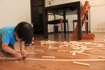 実は子供が遊んでいるのをそばで見ていると、最近どのおもちゃがお気に入りでよく遊んでいるのかなと観察することができます。よく遊ぶおもちゃがわかると、手の届きやすいところ、まとめて置く、など収納の参考になりますよね。