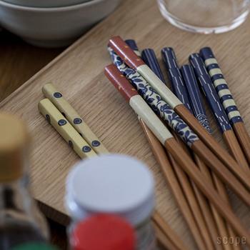 「MilMil(ミルミル)」というユニークなネーミングの箸セット。「みるみる世界の食卓に」という意味もあるそうで、世界に日本の文化が拡がっていくことへの願いが込められているとか。カラクサ紋のほか6種の柄が入った6膳がセットに。絵柄の部分は和紙で、洗っても剥がれないように塗装が施されています。