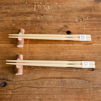 """国内生産にこだわるブランド「Cul de Sac(カルデサック)」の箸。""""青森ヒバ""""の無垢材を1点ずつ手作業で削り出して仕上げられています。滑らかなくびれがあり、手にフィットするデザイン。天然木の温もりが感じられます。"""