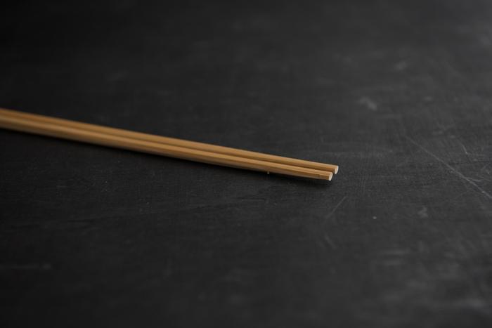 最後にご紹介するのは、松野屋の「真竹菜箸」。約33cmある調理用の菜箸です。竹製なので軽くて滑りにくく、サッと洗えて乾きやすいのが魅力。
