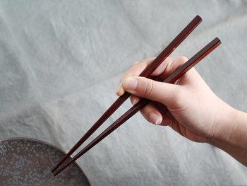 箸を正しく使いことなすことは、美しい所作を身につける基本。マナー違反である使い方は「嫌い箸」「禁じ箸」とされ、日本においてはさまざまなタブーがあります。  例えば、逆さ箸(箸を逆さに持って料理をとる)、渡し箸(食事の途中で皿や小鉢の上に箸を置く)、探り箸(箸で料理に入っているものを探る)、涙箸(箸の先から汁をたらす)、迷い箸(何を食べようか料理の上で箸を動かして迷う)、拝み箸(両手で箸を挟んで拝むしぐさ)などがNG。  毎日使うものだから、マナーは知っておきたいですね。