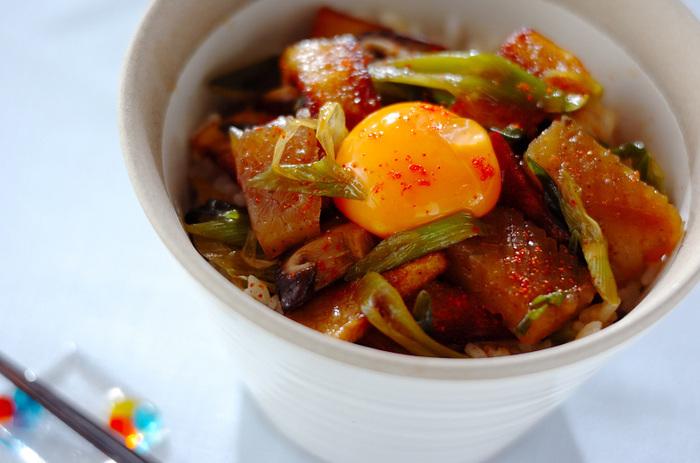コンニャクと高野豆腐をすき焼き風に煮て、卵黄を絡めていただきます。こんにゃくは格子状に切り込みを入れておくことで、味が染み込みおいしさUP。がっつり好きたちも、これなら満足できそうですね。