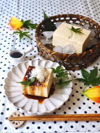 冷奴にしか見えない見た目ですが、実はチーズの一部を絹ごし豆腐に代えて仕上げられたチーズケーキです!大根おろしに見えるのはチーズのすり下ろし、醤油だと思いきや黒蜜。サプライズが楽しめます。