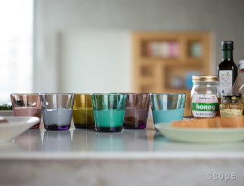 シーブルーやエメラルドなどの定番カラー6色に加え、SCOPEでは、ブラウン・オリーブ・パープルの3色の別注カラーが選べます。全色揃えたくなる魅力に溢れた、iittalaの定番グラスです。