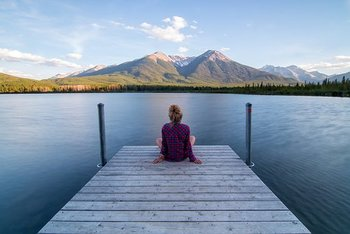 ゆっくりと大きく深呼吸して、気持ちを落ち着かせましょう。深呼吸や瞑想は、脳科学的にもリラックス効果が期待できると言われています。また、瞑想は心を落ち着かせるので、自分の感情と向き合い冷静な判断ができる、といった手助けとなるでしょう。何より、いつでもどこでも気軽にできるので試してみてくださいね。