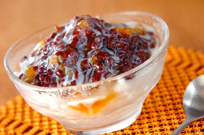 暑くてすぐにかき氷が食べたい!という時にはこれ。かき氷にゆで小豆、練乳、アプリコットジャムを豪快に盛り合わせるだけの簡単かき氷です。ジャムのフルーティな甘酸っぱさが美味しいアクセントに♪