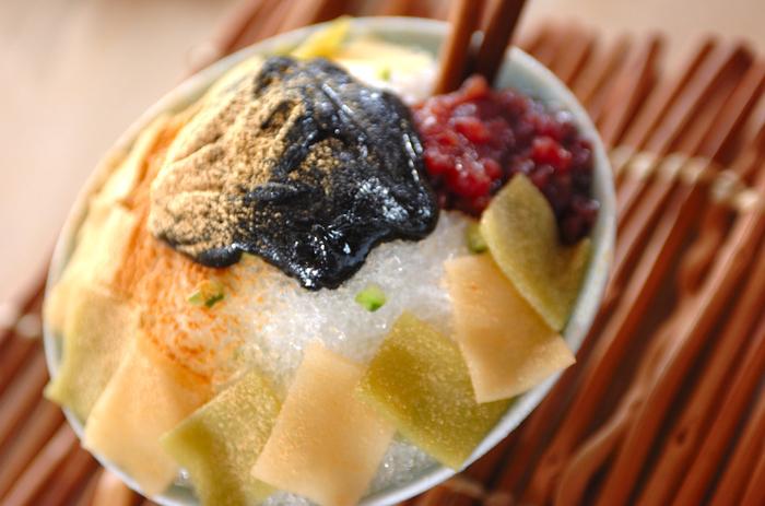 """お土産に八つ橋を頂いたら作ってみたい、京都風かき氷。なんとキュウリの浅漬けやシナモンパウダーの効いた黒ゴマみつなど、京都のエッセンスがたっぷり。お店でなかなか食べられない味わいが試せるのも""""おうちかき氷""""ならではですね。"""