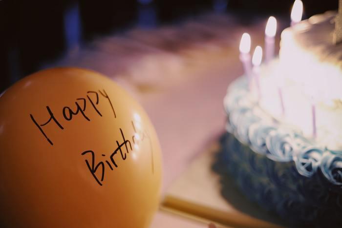 大切な人へのプレゼントは旅行だと本人には告げておき、サプライズは一切ないと思わせつつ、ケーキやプレゼントをこっそり用意しておくのもおすすめです。ホテルやレストランのスタッフの方の協力が仰げるのなら、事前にお願いして相談しておくといいでしょう。