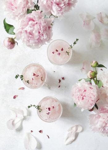 特別な夜に楽しみたい、ロゼワインで作る大人のかき氷。お洒落なレストランで食べるようなデザートですが、かき氷なので手順はやっぱり簡単。薄ピンクの美しさとロゼワインの風味に、美意識も高まりそうです♪