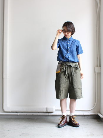 ブルーのボタンダウンシャツにハーフパンツをセットして、クレバーな少年っぽく。黒縁のメガネやハードなブーツもポイントです。