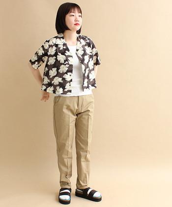 ブラウンをベースにしたちょっぴりシックなアロハシャツ。センタープレスのチノパンを合わせ、すっきりと清潔感のある着こなしに♪