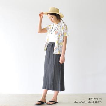 淡い色使いがフェミニンなアロハシャツは、ロングスカートをセットしてリラクシー&ガーリーにスタイリング。仕上げはナチュラルハットとビーチサンダルで夏感を底上げして。