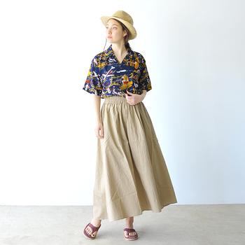 ふわりと風に揺れるボリューミーなスカートは、アロハシャツでグッとカジュアルダウン。ゆるめのテイストでありながら、ネイビーとベージュの配色が上品な雰囲気を醸します。