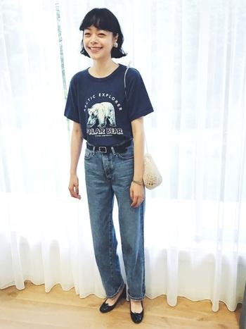 ネイビーのTシャツにデニムをあわせたカジュアルコーデ。濃いブルー系を選ぶことで、シックなイメージもプラスされています。