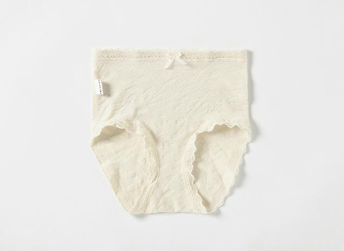 白いパンツや薄手のパンツに下着のラインが響きにくいのは、シームレスパンツです。 ベージュや肌のトーンに合ったグレーなら、色も透けにくく安心です。伸縮性があるものが履き心地も◎です。