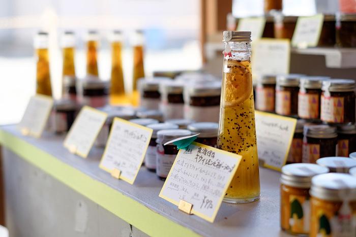店内をのぞいてみると、佐渡の素材を使ったオリジナルブランド「佐渡保存」の瓶詰やシロップをはじめ、、