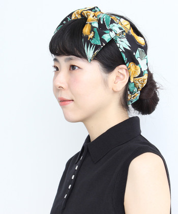 アロハ柄ターバンをくるりと巻いて、顔まわりをブライトアップ。定番のヘアアレンジも、一瞬にして違う表情を見せてくれます。洋服はシンプルにして、ターバンのデザイン性を目立たせたい♪