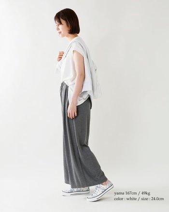 「それどこで買ったの!?」と、おしゃれ仲間からも羨ましがられそうなアロハ柄スニーカー。パンツやスカートの裾から覗かせて、コーディネートのさり気ないアクセントに。
