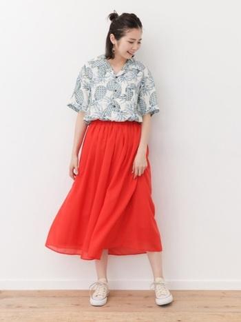 鮮やかなオレンジのスカートで、パッと目を惹くアロハシャツルックに挑戦。シャツの色使いがシンプルだから、主張のあるボトムを合わせても喧嘩せずにスッキリとまとまります。