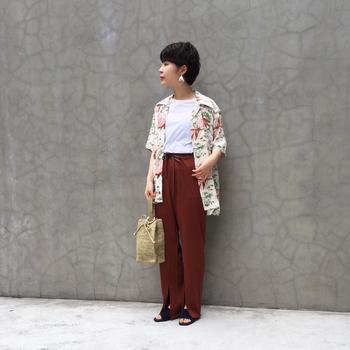 秋っぽいレンガカラーのドロストパンツ。軽やかなホワイト系のアロハシャツを持ってくれば、シックかつ涼しげなコーディネートに。インにはホワイトのTシャツを仕込んで明るさをプラス!