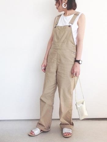膨張色である白をトップスに持ってきたら、オールインワンなどIラインを強調できるものをあわせるとまとまります。時計やバングルなどの小物は腕を華奢に見せてくれるので、カジュアルな服のときこそ、ぜひ。