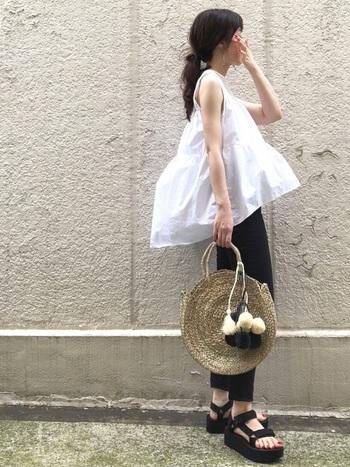 白いノースリーブトップスでも、トップスの裾が広がるデザインのものなら怖いものナシ!ふんわりしたシルエットが二の腕までも細く見せてくれます。その分、ボトムは細身のものを選びましょう。バックは今年流行りのラウンドバックやクリア素材のバックをチョイスして今風に。