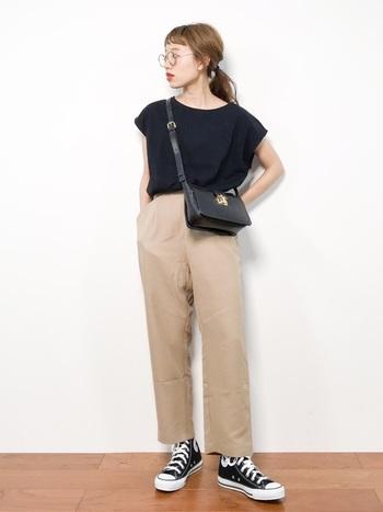 袖のデザインによって印象もさまざま。 フレンチスリーブのTシャツはさわやかで女性らしく決まります。テーパードパンツにハイカットスニーカーで足元をメンズライクに演出。  メガネとバッグなど、小物にクラシカルなアイテムを合わせることで、パリの男の子のような上品なカジュアルコーデの完成です。