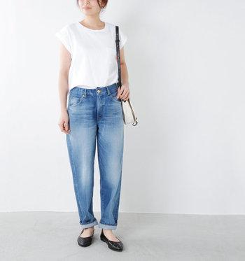 ゆったりとしたリラックムード漂う淡色デニムを、白の無地Tシャツですっきりと着こなしたシンプルサマーカジュアル。ユーズドカラーがトップスの爽やかな色合いとマッチしています。