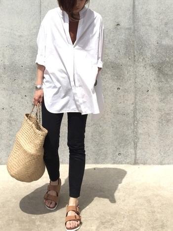 ホワイトのオーバーシャツにタイトなブラックデニムを合わせたミニマムなデニムスタイル。濃いめの黒がデニムのソリッド感をさらに引き出しています。