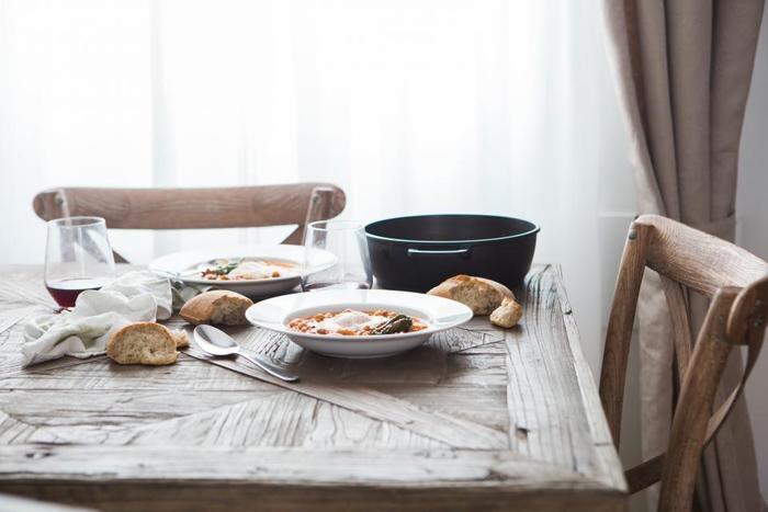 忙しいフランスの家庭では、平日の食事は「シンプル」「簡単」「美味しい」が基本。料理の品数は少なくても、ボリュームは満点なのが特徴的です。  日本の「一汁三菜」の伝統はとてもすばらしいけれど、時にはその考え方に縛られすぎてしまうことも・・。丁寧な料理は時間がある週末に。でも忙しい平日の料理は、もっと肩の力を抜いてもいいのかもしれません。