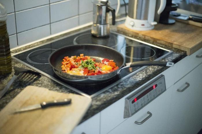 ただ炒めるだけ、と考えがちなフランス語の「ソテー(sauté)」ですが、実は煮込みの意も含まれているそう。 肉や野菜を焼いたあとの汁でソースを作り、そのソースと一緒に軽く煮込んだものを言います。肉や魚の旨味が効いたソースは、コクがあって濃厚。時短料理とは思えないメイン料理ができ上がります。  嬉しいのが、この一品でボリュームも栄養も十分なこと。あとはパンかご飯を添えるだけで立派な食事になるので、共働き家庭のお母さんにもおすすめです。