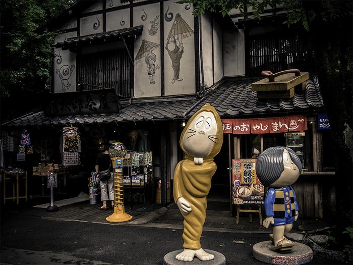 なんとも魅力的な店構えの「鬼太郎茶屋」は、連日人気のショップ♪鬼太郎ファンならずとも一度は訪れたい。