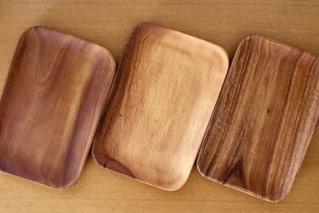 「無印良品」のアカシアプレートは、スクエア型や丸型、深皿やボウルなど種類も豊富で、ひとつひとつ色も木目も違うので、選ぶ楽しみもあります。トレーとしてティータイムなどにお菓子と飲み物をのせたり…