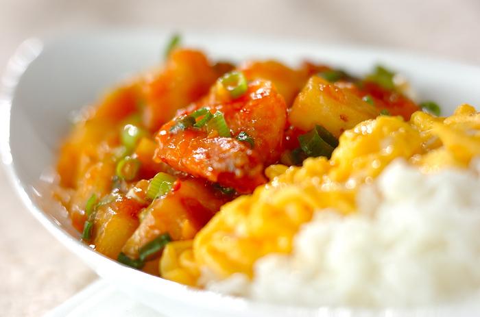 エビのぷりぷり感と、長芋のシャキシャキ感が相性抜群のエビチリを、ボリュームたっぷりの丼ものに。チリソースの辛みを和らげてくれる卵は、彩りもよくて仕上がりがきれい。