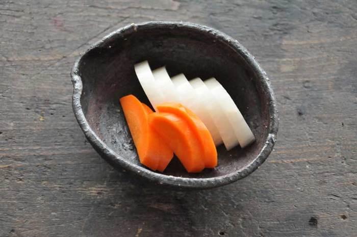 日本の主食、米から生まれたぬかを再利用したものが、ぬか漬けです。米ぬか、塩、水を合わせ、乳酸菌や酵母を増やすための野菜くずを入れ、2週間ほど朝晩2回かき混ぜるのを繰り返すと、ぬか床ができあがります。ぬか床に含まれるビタミンB群、ミネラル、タンパク質、脂質などが浸透した野菜は、栄養価満点のぬか漬けに。生で食べられる野菜はそのまま、アクや水分が多いものは塩もみをしてから漬け込みます。