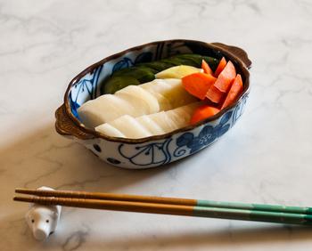 日本古来の発酵食にはどのようなものがあるのでしょうか。 代表的なものが、みそ、しょうゆ、酢、みりんといった、毎日の料理に欠かせない調味料です。そのまま食べられるものでは、ぬか漬け、納豆、塩辛などで、飲み物では、日本酒、焼酎などがあります。発酵食と知らずに食べていたという方もいらっしゃるかもしれませんね。