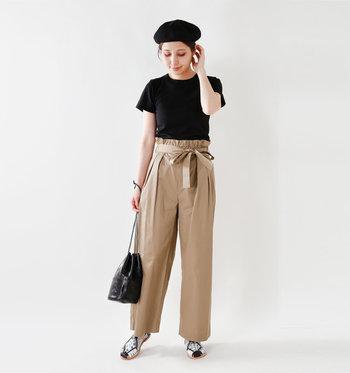 ウエストにアクセントのあるパンツにトップスをフルタックインして上半身をコンパクトにまとめた上品スタイル。カジュアルと女性らしさを上手にミックスさせたスタイルです。