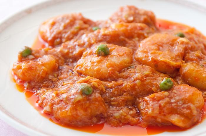 こちらは、陳健民氏から息子の健一氏、孫の健太郎氏へと受け継がれる「赤坂 四川飯店」のエビチリ。今では、エビチリは中華料理の中でも人気の高いメニューとして欠かせませんね。