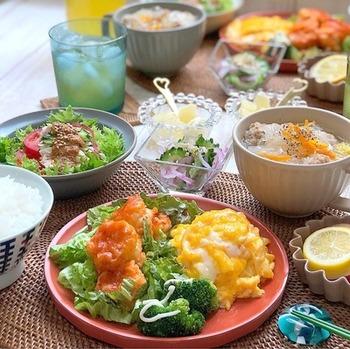 こちらは、エビチリに、棒棒鶏やさつま芋のレモン煮、白菜と肉団子の春雨スープなどを合わせた、夏色のテーブル。辛さ、甘さ、酸っぱさが絶妙なバランスですね。