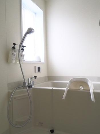 お風呂場の壁やタイル、蛇口まわりも水垢がこびりついていますよね。ですので、やはりクエン酸スプレーが活躍!軽い汚れなら、スプレーを吹きかけて3分たったらシャワーで流すだけでも綺麗になりますよ。