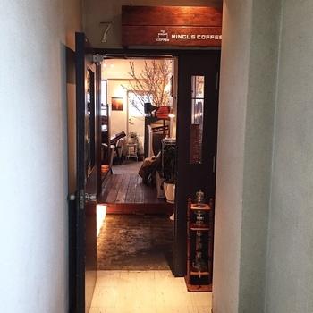 地下鉄「大通」駅から徒歩数分。札幌都心で、自分の時間を過ごせるカフェといえばここ。レトロな雑居ビルの7階にあるミンガスコーヒーです。