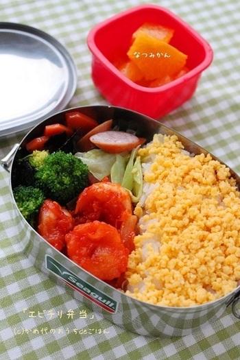 エビチリは、しっかりした味で冷めてもおいしいので、お弁当にもいいですね。片栗粉など使うので水気も少なく、とても優秀なお弁当のおかずになります。黄色や緑の食材と合わせて美しく。