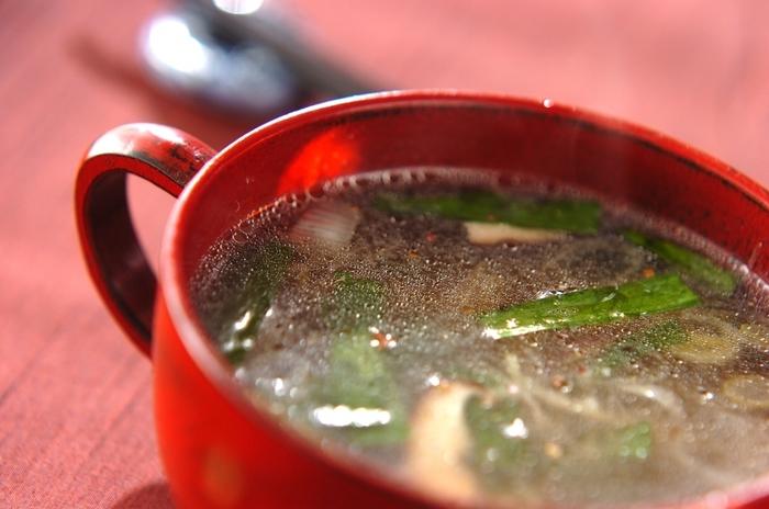 エビチリに相性のいい、しいたけとニラの中華スープ。しょうゆ味であっさり系なので、エビチリの味を引き立て、後味のよさも夏の献立としてもおすすめ。
