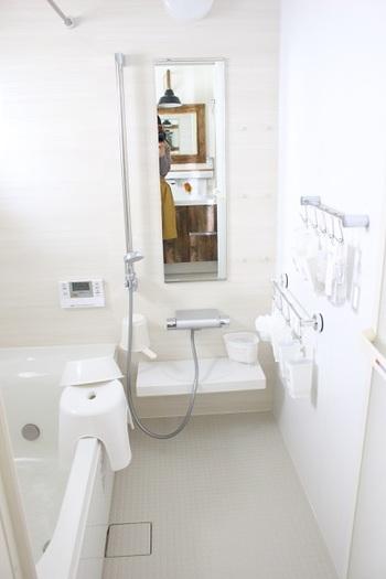 最後に洗うのが床。お風呂場の床は、アルカリ性の汚れも酸性の汚れも色々な汚れがついています。少しずつスポンジでこするのも良いですが、腰を痛めることも。それよりも簡単な掃除のやり方を覚えておきましょう!